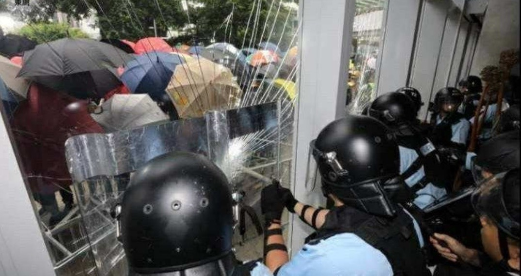 Beleagured HK police trying to protect the Legco from being sacked (1)
