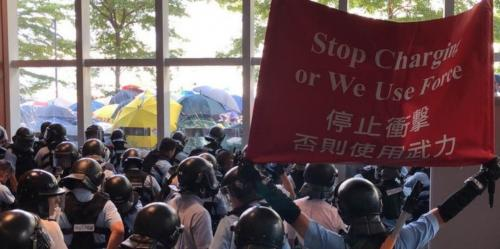 HK police warning rioters not to break into Legco, to no avail (1)