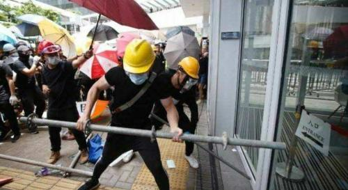HK rioters using steel poles to smash into Legco (1)