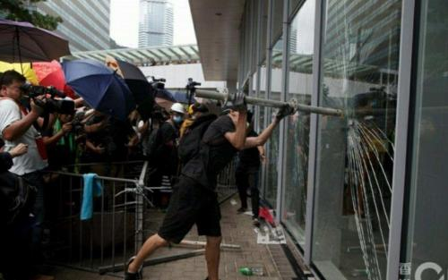 Rioters smashing into Legco to destroy the place (1)
